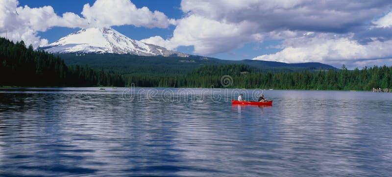 Canoeist sur le lac image stock