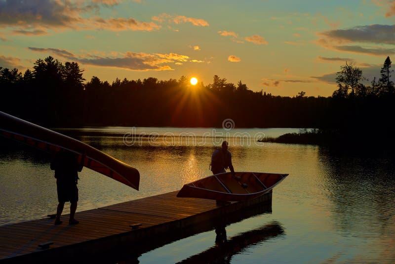 Canoers con le canoe sul bacino, lago del sawbill, mn immagini stock
