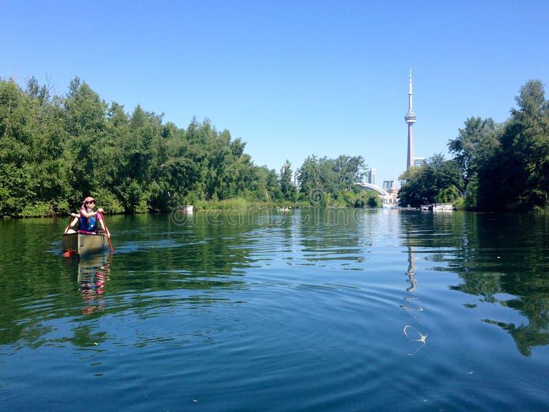 Canoers die in de eilanden van Toronto, Ontario, Canada paddelen royalty-vrije stock afbeelding