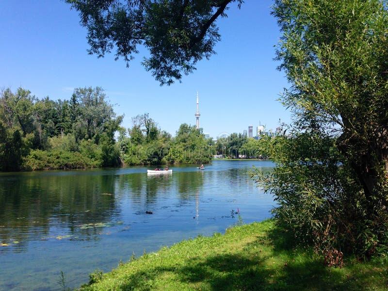 Canoers die in de eilanden van Toronto paddelen royalty-vrije stock foto