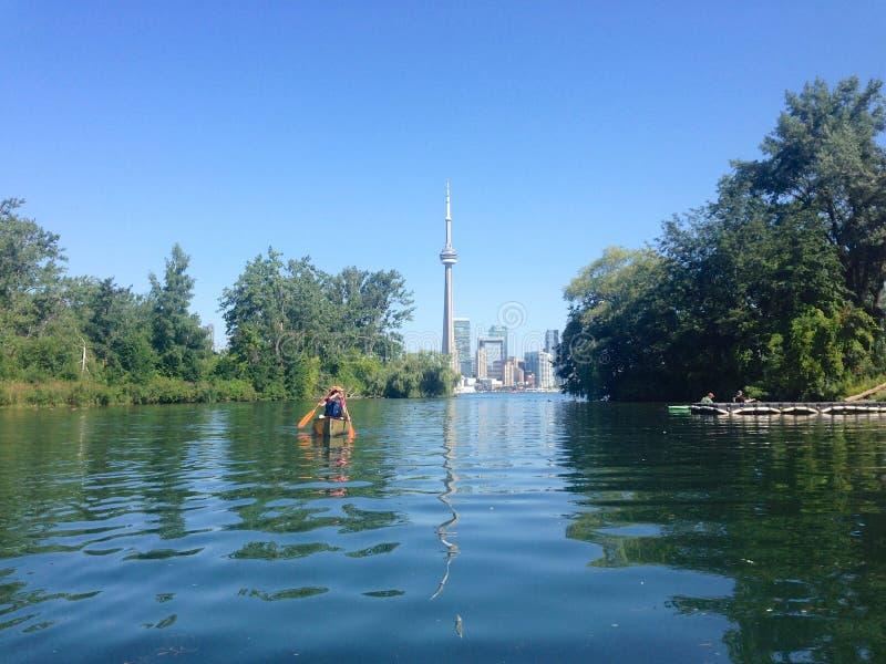 Canoers die in de eilanden van Toronto paddelen royalty-vrije stock afbeeldingen