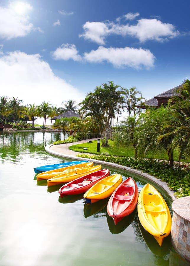 Canoes a espera na área de recursos, Brunei fotografia de stock