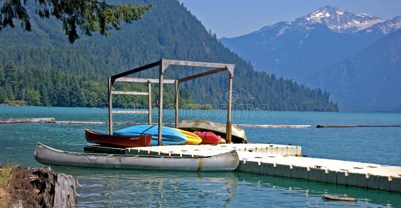 canoes la montagne colorée de lac de dock image libre de droits