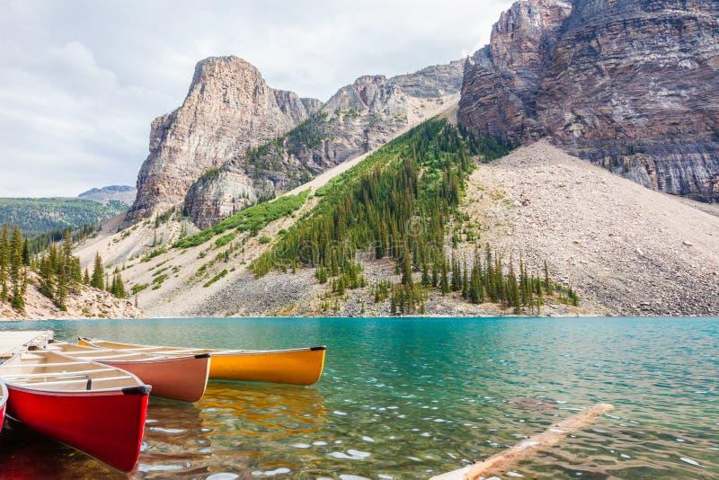Canoes le point de location au lac moraine images libres de droits