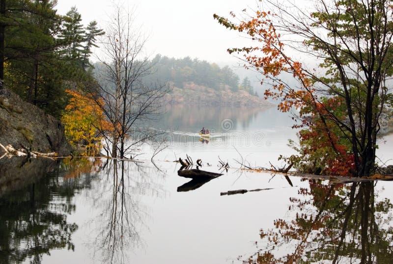 Canoing en George Lake fotografía de archivo