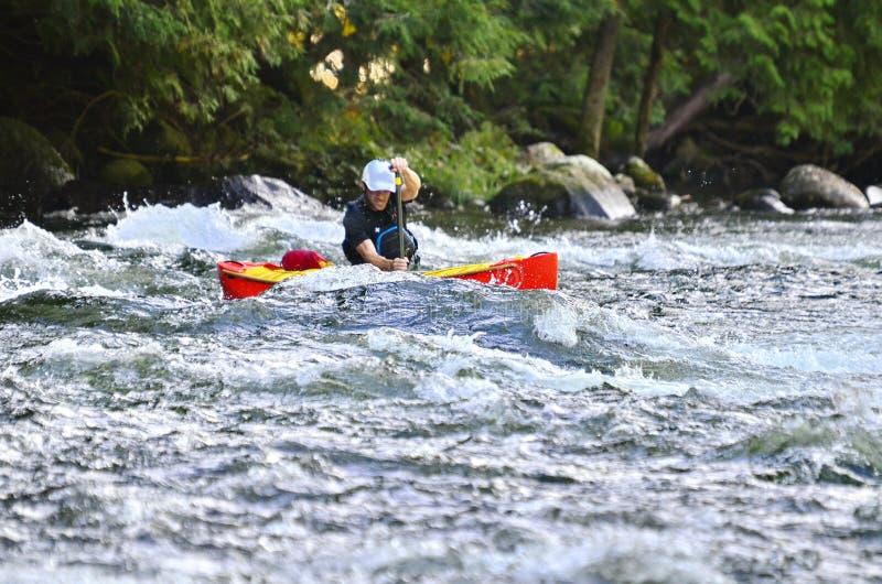 Canoista sconosciuto, canoa del whitewater alla prerogativa selvaggia dell'acqua di Minden immagini stock
