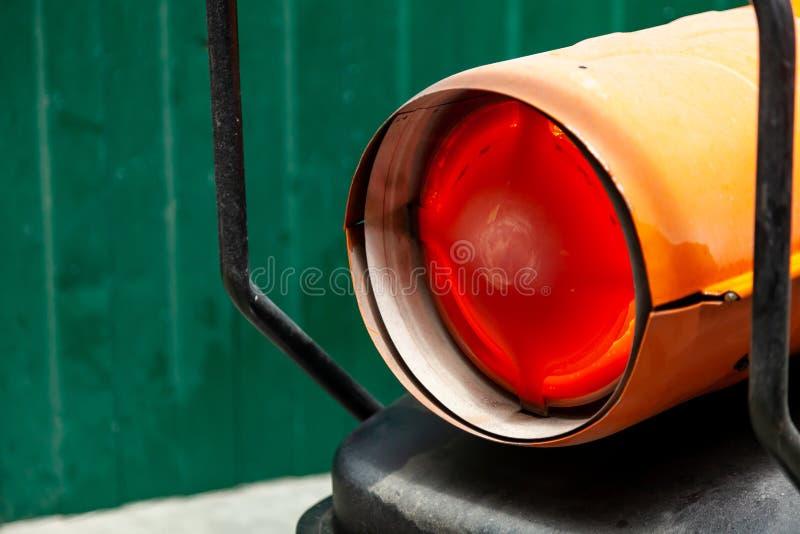Canon à chaleur orange pour le chauffage industriel de l'air intérieur, alimenté par du carburant, le brûlant à la flamme orange  images libres de droits
