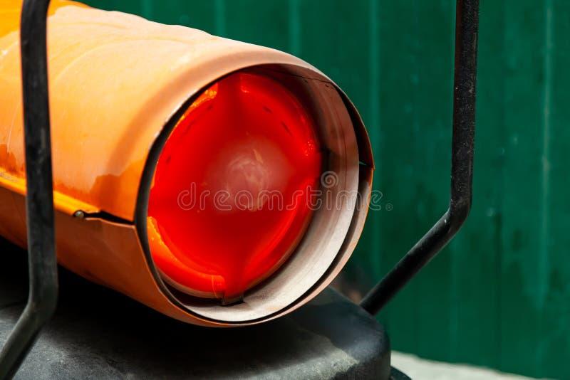 Canon à chaleur orange pour le chauffage industriel de l'air intérieur, alimenté par du carburant, le brûlant à la flamme orange  photographie stock libre de droits