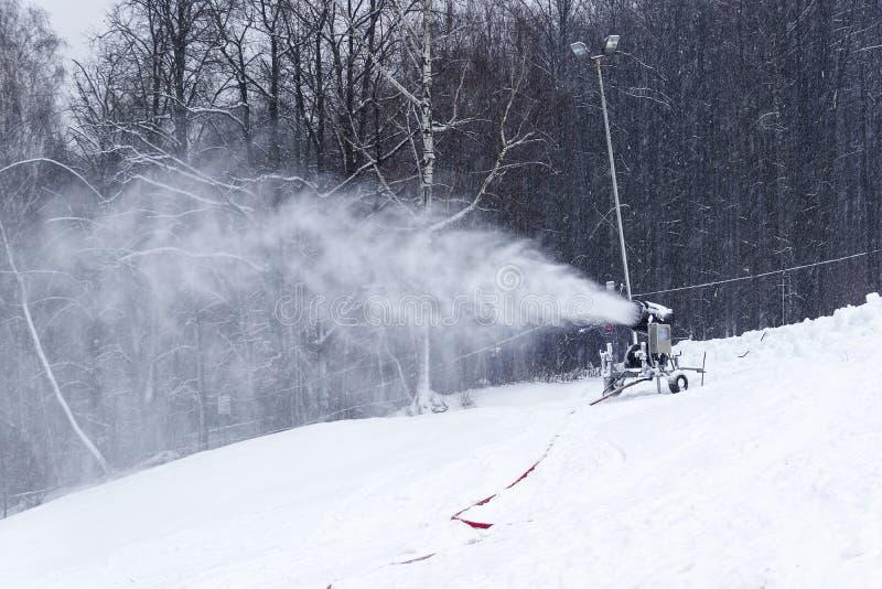 Canon à neige sur la piste de ski images libres de droits