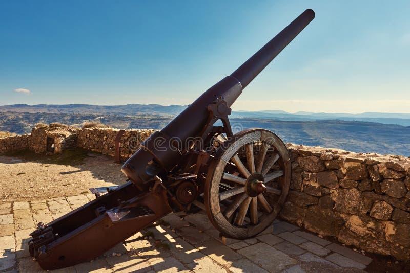 Canon auf dem Schloss von Morella stockbilder