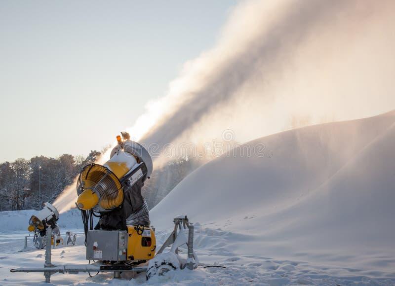 Canon de neige faisant la neige à la station de sports d'hiver images stock