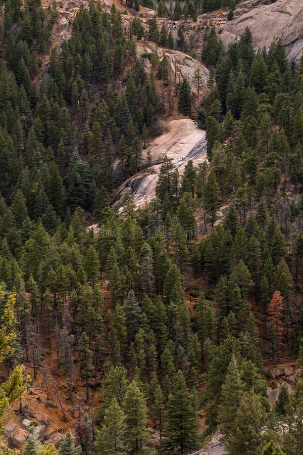 Canon del norte Colorado Springs del barranco de Cheyenne imagenes de archivo