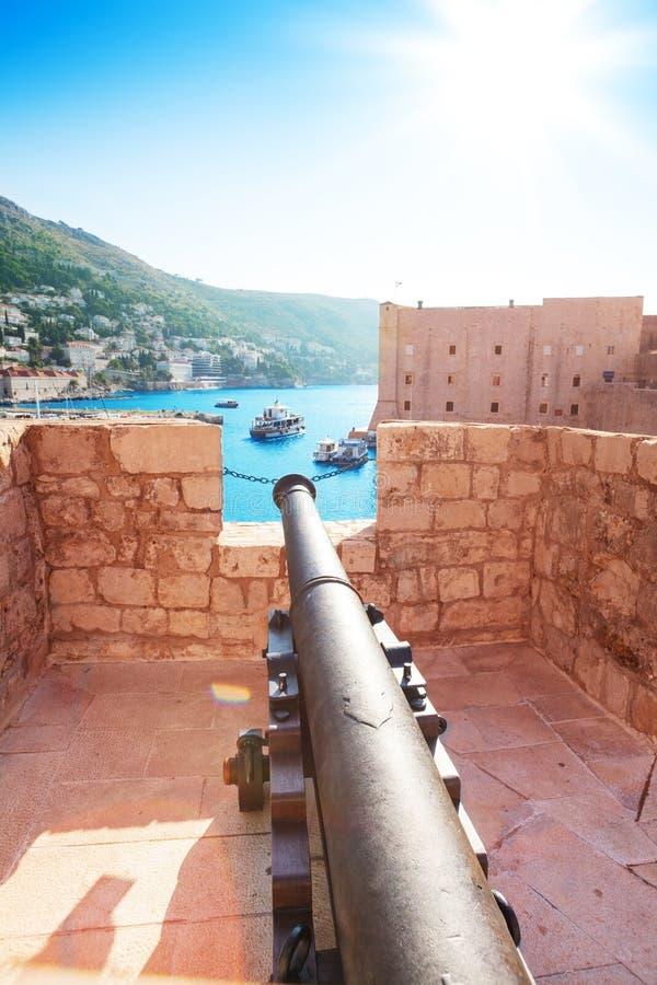 Canon em paredes de Dubrovnik fotografia de stock