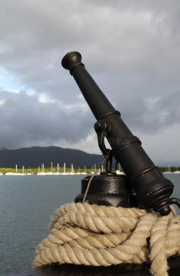 Canon et corde de bateau image stock