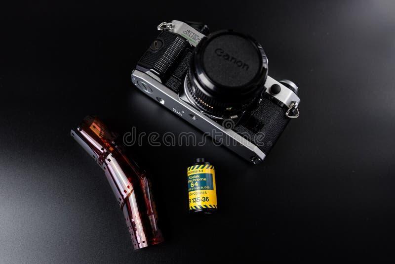 Canon filment l'appareil-photo avec le film de glissière de Kodak image stock