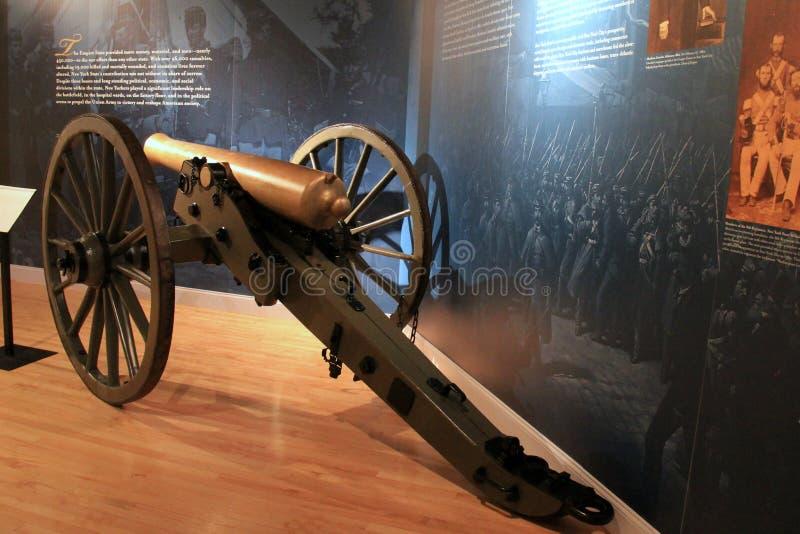 Canon grande al lado de las exhibiciones que cubren la guerra, museo militar, Saratoga Springs, Nueva York, 2016 fotografía de archivo