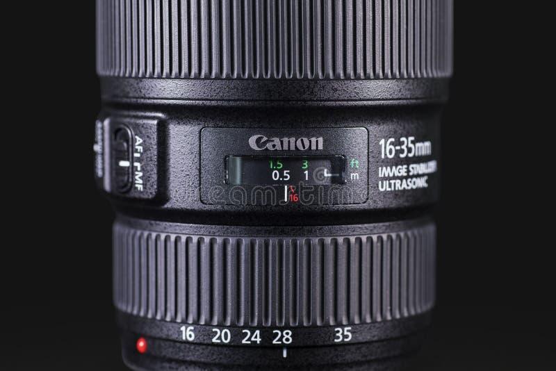 Canon-Linse mit dunklem Hintergrund lizenzfreie stockfotos
