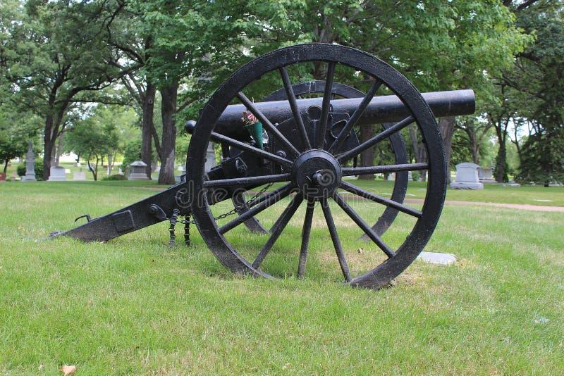 Canon militaire noir dans un cimetière photo libre de droits