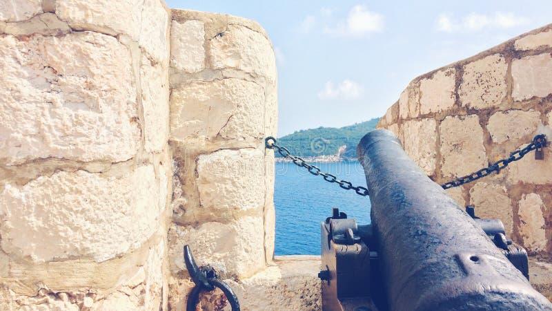 Canon op de Oude Stadsmuren van Dubrovnik, Kroatië stock afbeelding