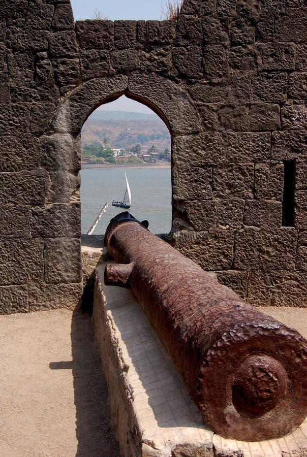 Canon på det Murud Janjira fortet, Maharashtra, Indien arkivfoto