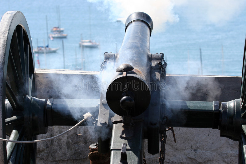 Canon-Zündung in Richtung zum See lizenzfreie stockbilder