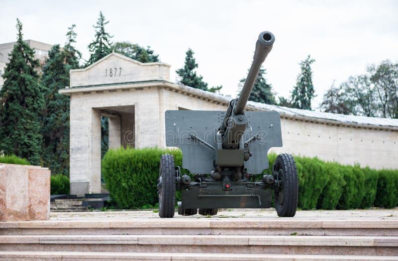 Canone dell'artiglieria vicino alla tomba del soldato sconosciuto in Carol Park, fotografia stock libera da diritti