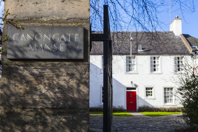 Canongate Manse i Edinburg fotografering för bildbyråer