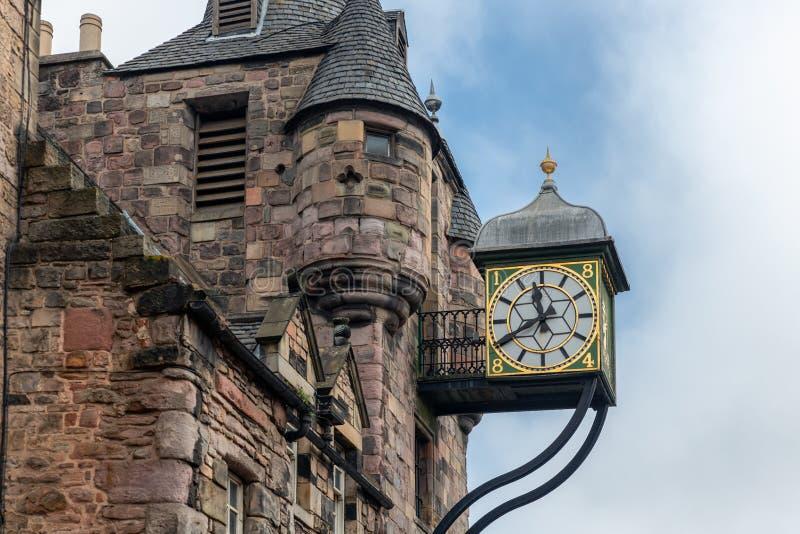 Canongate Tolbooth med klockan längs kunglig mil i Edinburg, Skottland royaltyfri bild