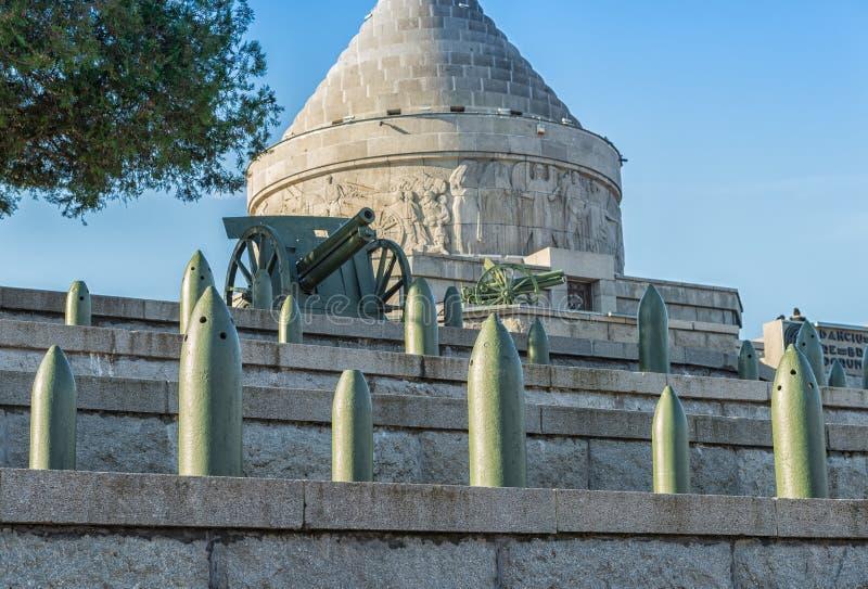 Canoni e notizie bombe al mausoleo di Marasesti, Romania fotografie stock