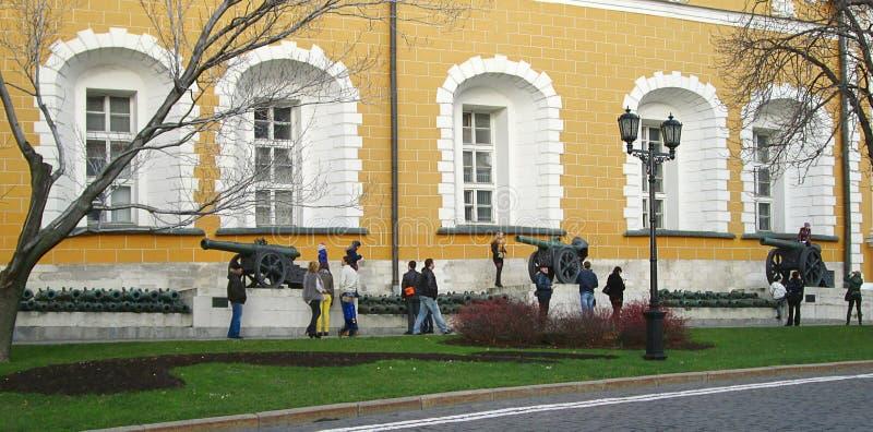 Canons à l'intérieur de Kremlin dans la place rouge, Moscou Russie images libres de droits