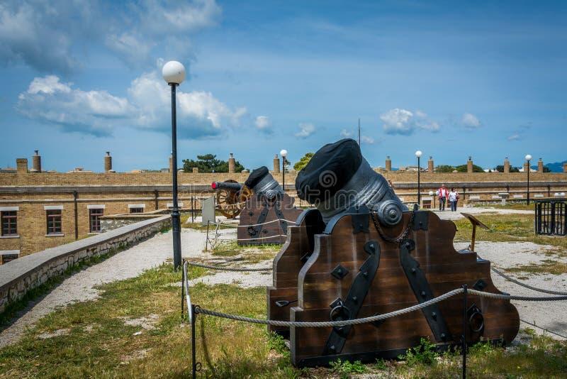 Canons à l'intérieur de vieille forteresse en île de Corfou, Grèce photos libres de droits