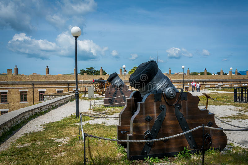 Canons binnen oude vesting in het eiland van Korfu, Griekenland royalty-vrije stock foto's