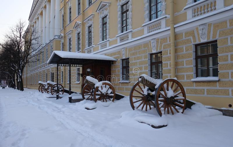 Canons d'artillerie aux corps de cadet sur l'avenue de Moscou photos libres de droits