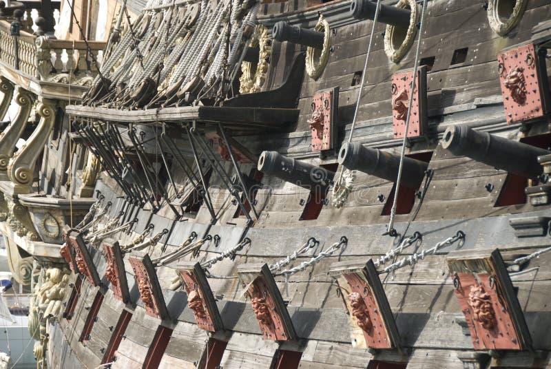 Canons d'un bateau de pirate photos stock