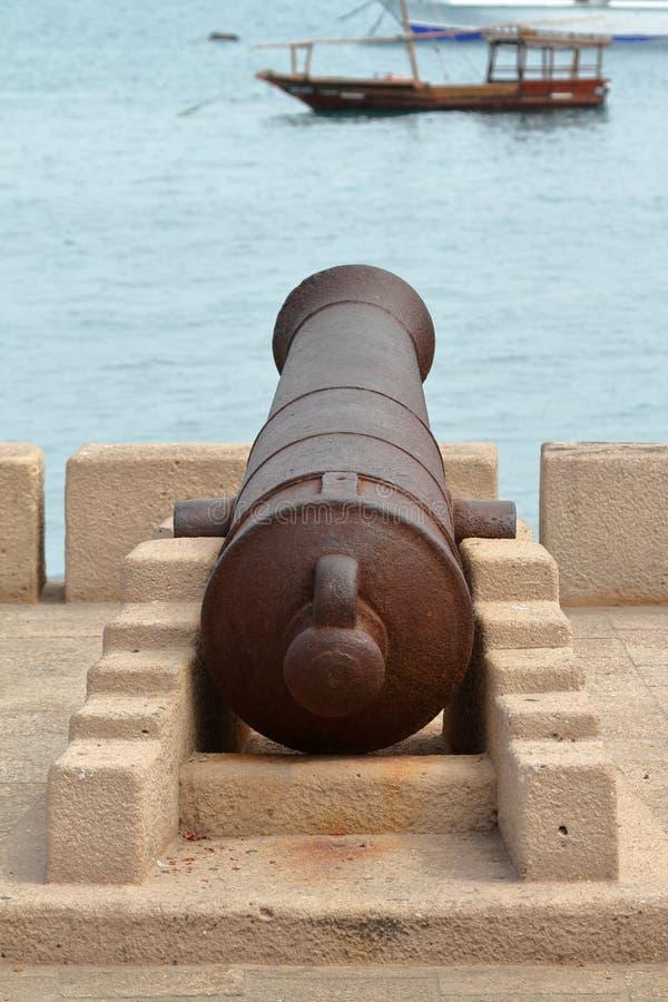 Canons dans le port de Stonetown à Zanzibar image libre de droits