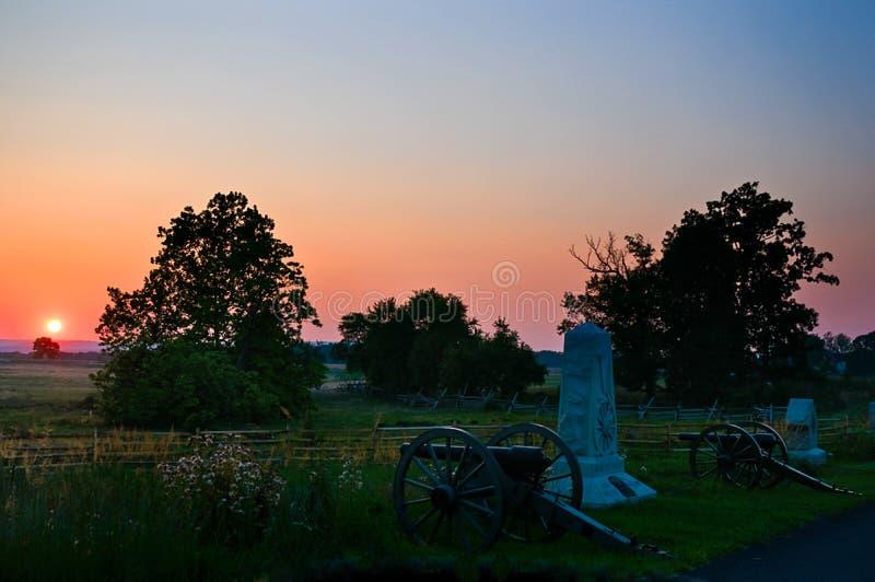 Canons de champ de bataille de coucher du soleil photo stock