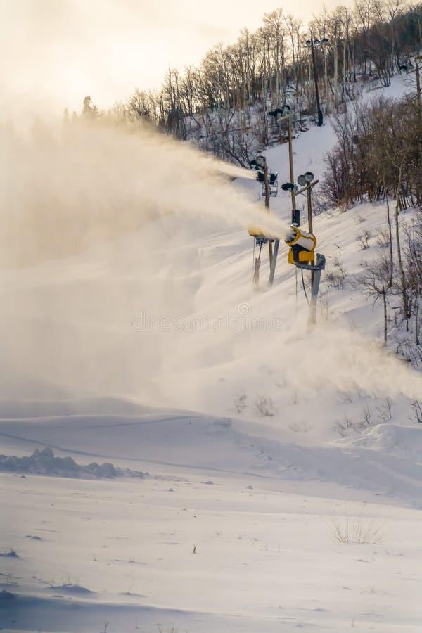 Canons de neige préparant la pente de ski dans Park City Utah image libre de droits