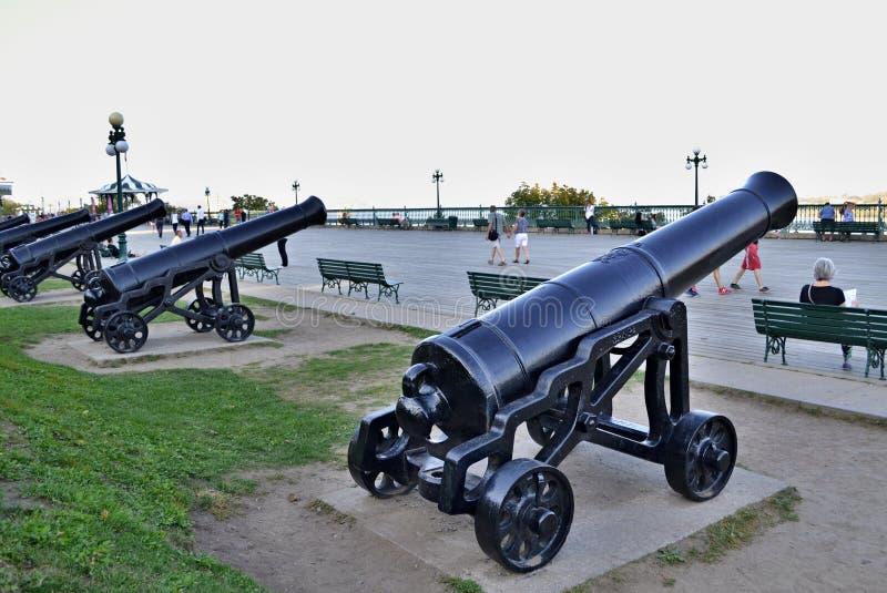 Canons sur une promenade photographie stock libre de droits