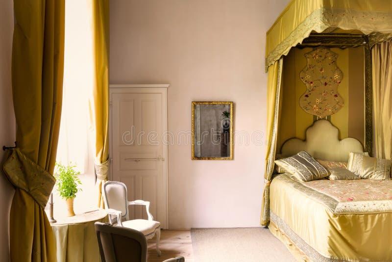Canopy bed på franska chateau arkivbilder