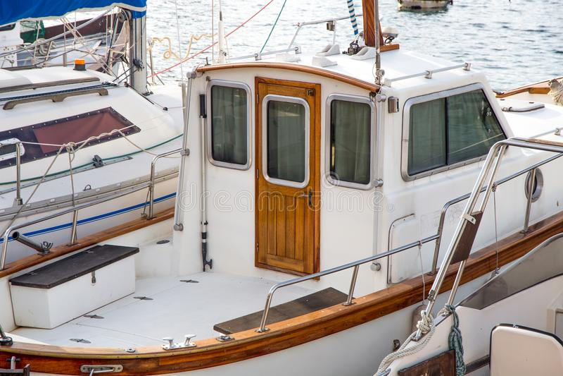 Canot automobile ancré dans le port avec la porte en bois photos stock