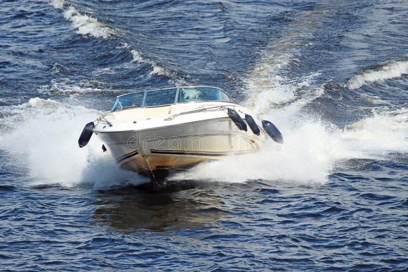 Canot automobile blanc volant rapidement sur les vagues photos libres de droits