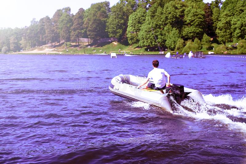 Canot automobile en caoutchouc gonflable moderne de vitesse sur l'eau photos libres de droits