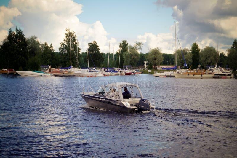 Canot automobile flottant sur le lac Saimaa dans la ville d'Imatra Finlande images libres de droits
