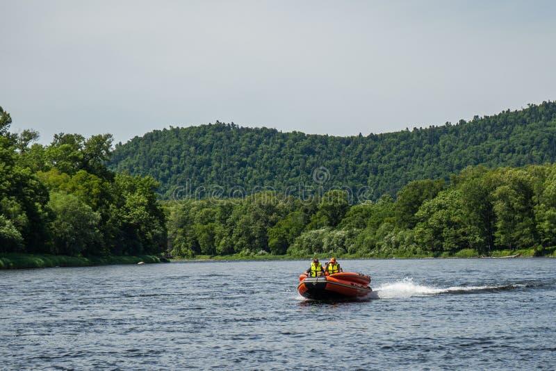 Canot automobile gonflable bateau de pêche sur une rivière de montagne Rivière d'Anyui Territoire de Khabarovsk, Extr?me Orient,  image libre de droits