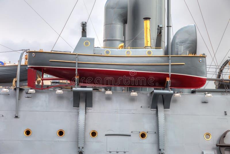 Canot de sauvetage de l'aurore révolutionnaire légendaire de croiseur photographie stock