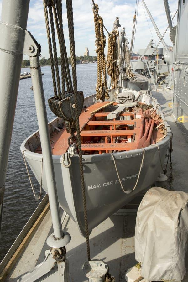 Canot de sauvetage sur la plate-forme de Liberty Ship photographie stock