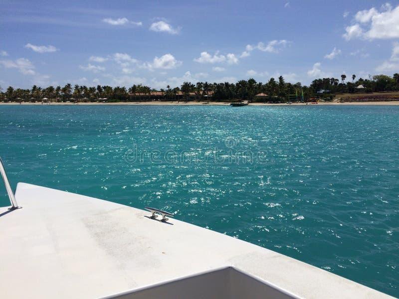 Canotage Antigua près de Jumby photo libre de droits
