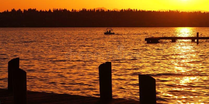 Canotage au coucher du soleil photos stock