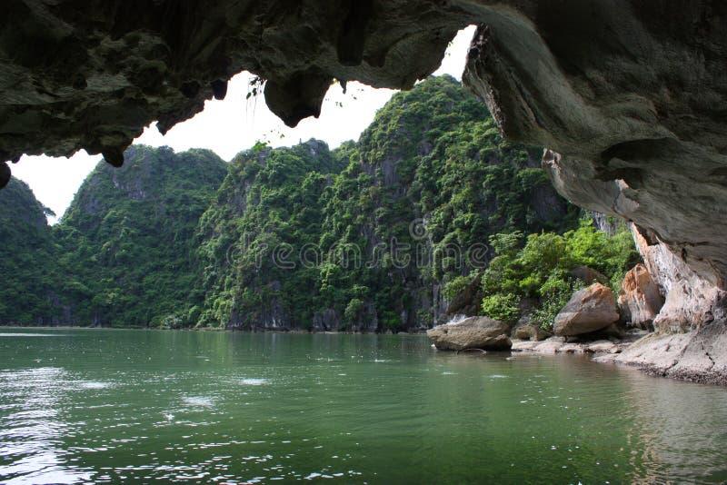 Canotage dans le compartiment de Halong, Vietnam image stock