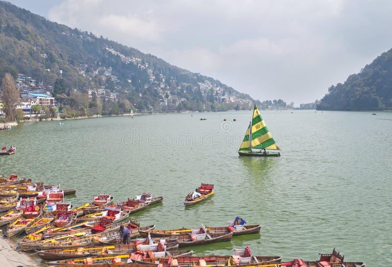 Canotage dans le lac Naini, Inde photos stock